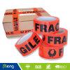 Anhaftendes Verpackungs-Band mit dem Firmenzeichen gedruckt