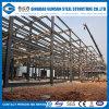 Forte gruppo di lavoro della struttura d'acciaio con il fascio della gru