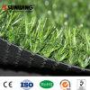 Ajardinar la hierba artificial del color verde