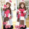 놓인 온난한 모직 모자 스카프 장갑이 형식 손에 의하여 겨울 뜨개질을 했다