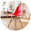 Asiento plástico de los PP de la silla de Emes y pierna de madera que cena la silla