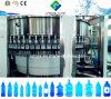 Llenado de lavado con agua pura de la máquina de sellado