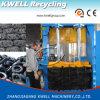 A sucata monta pneus a prensa hidráulica vertical