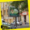Muestra al aire libre del movimiento en sentido vertical que hace publicidad de la exhibición de la cartelera (item266)