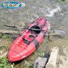 Le célibataire s'asseyent sur le premier kayak oisif en plastique