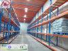 O armazém submete prateleiras longas do armazenamento da extensão