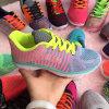 編まれる網学生はスニーカーの履物の多彩な靴を遊ばす