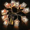 Luz romântica da corda da decoração do banquete de casamento com forma da casa de madeira
