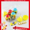 Süßigkeit-Überraschungs-Ei-Spielzeug betätigen