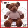 Os presentes de aniversário encheram o urso o mais macio da peluche com roupa