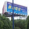 Alto basamento esterno del Palo che fa pubblicità al tabellone per le affissioni di alluminio di PRISMA Trivision