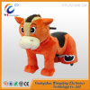 Cavalo a pilhas do brinquedo da criança do pai para a alameda de compra