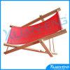 枕が付いている木の調節可能なラウンジのビーチチェアを折る赤