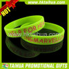 Bracelets de silicone remplis par couleur verte fluorescente de Debossed (TH-band029)