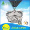 Médaille d'argent antique avec la bande et la lettre noires de «Yukan