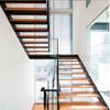 Escalera de acero galvanizada larguero doble con las pisadas de escalera antirresbaladizas de madera de roble