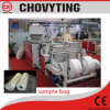 Sacchetto piano sui sacchetti di immondizia biodegradabili del rullo che fanno macchina