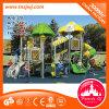 Da corrediça de borracha do parque das crianças campo de jogos ao ar livre