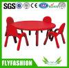 Des enfants de bonne qualité étudient une table ronde en plastique avec un ensemble de chaises