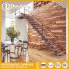 ステンレス鋼ワイヤー柵が付いている屋内木製のまっすぐなステアケース