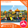 Lustige Kind-im Freienspielplatz-Gerät