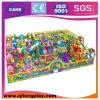 Campo de jogos interno do tema bonito dos doces para crianças