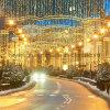Decorações da rua da iluminação do Natal que iluminam a decoração do feriado