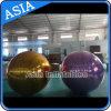 Grande sfera gonfiabile della discoteca, aerostato dell'oro dello specchio della discoteca in randello nell'esposizione con colore viola