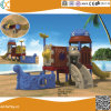 Les enfants de la conception de navires pirates à l'extérieur de l'équipement de terrain de jeu en plastique