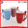 Tasse en céramique avec la cuillère, cuillère en céramique de tasse de café dans le traitement
