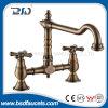 Taraud de mélangeur fixé au mur en bronze antique en laiton de trous du robinet deux de cuisine de salle de bains