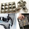 10mm Leathercraft DIYの銀製の金属のパンクは点のピラミッドのスタッドGothを打ちつける