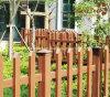 木の庭公園のプラスチック合成のスラットの塀