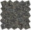 黒い庭の石の小石のタイル