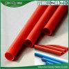Rotes Blau-Farben-Draht, der elektrisches Rohr verlegt