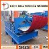 Curvando o rolo do telhado que dá forma à máquina
