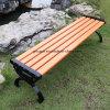 庭の鋳鉄のベンチの公園のベンチ