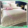 刺繍の贅沢なサテンの寝具のホテル