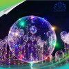 O diodo emissor de luz luminoso da bolha instantânea dos presentes do partido do Valentim ilumina acima balões com a esfera redonda transparente da bolha da corda das luzes