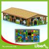 As crianças playground coberto com tejadilho