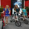 バスケットを持つ女性および後部キャリアのための都市自転車都市バイク