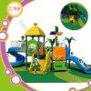 Große Plastikkinder schieben im Freienspielplatz-Gerät