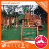 Crianças atrativas que escalam o campo de jogos ao ar livre de madeira com rede