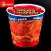Cubo de pollo frito con papel desechable