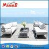 屋外ファブリッククッションは足台でセットされるソファーを覆う
