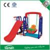 Oscilación y diapositiva del niño fijados con el aro de baloncesto