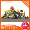 Kind-im Freienspielplatz-Geräten-Spielplatz-Plättchen