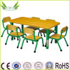 A mobília das crianças caçoa a tabela com cadeiras