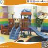 Les enfants dans le coin de l'équipement de terrain de jeu en plastique