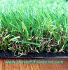 يرتّب عشب اصطناعيّة لأنّ حديقة وفناء خلفيّ